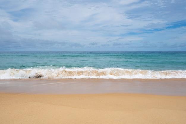 여름 모래 해변 놀라운 바다 맑고 푸른 하늘과 흰 구름 태국 푸켓의 모래 해변 빈 해변에 부서지는 파도, 빈 해변 개념 여행 및 시즌 투어 웹사이트 배경.