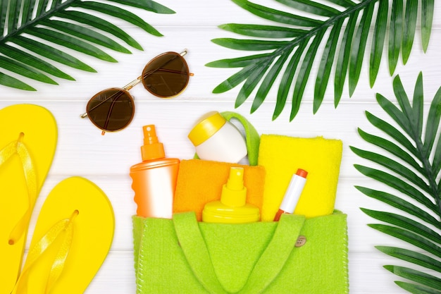 夏の海のビーチでの休暇のクリエイティブコンセプト顔と体の日焼け止め化粧品スキンケア製品