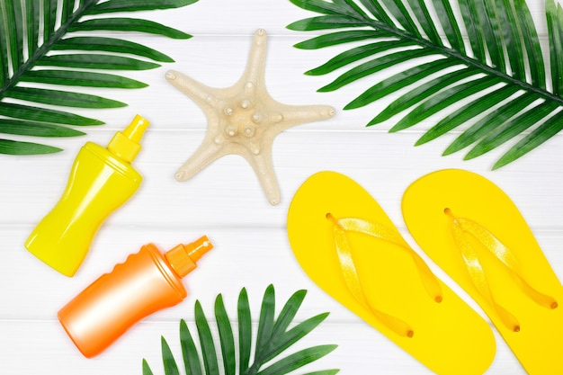 Летнее море, пляж, отдых, креативная концепция, солнцезащитные очки, вьетнамки, сандалии, морская звезда, плоская планировка