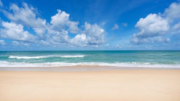 화창한 날에 여름 바다 아름 다운 열 대 해변 푸 켓 해변 떨어져 아름 다운 푸 켓 태국 모래 해안에 충돌 하는 파도와 함께 놀라운 여행 및 투어 배경 공간을 복사 합니다.