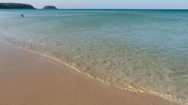Летнее море в солнечный день с чистой водой на райском острове пхукет.