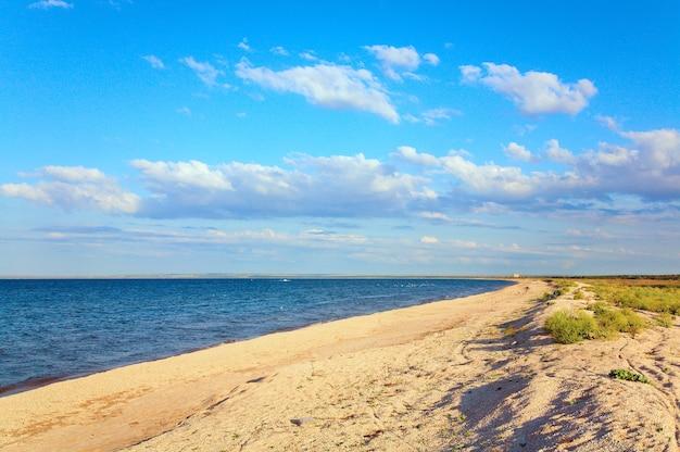 夏の海の砂浜の海岸線(アゾフ海、クリミア半島、ウクライナ)