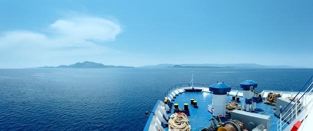 Zakynthos 그리스로가는 길에 페리에서 여름 바다 전망. 파노라마.
