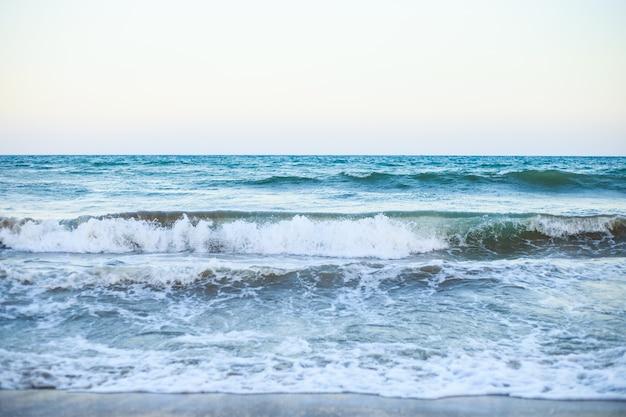 青い水の波と夏の海