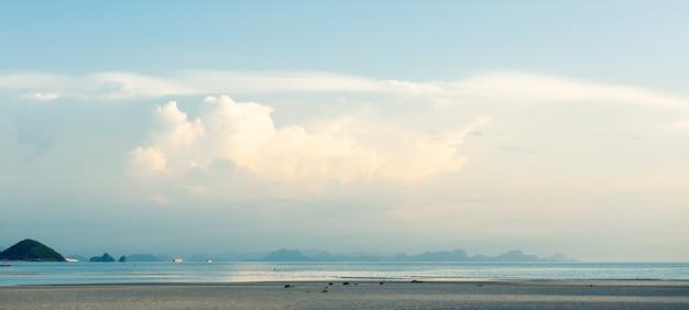 Летний пейзаж ярко-синее море небо белые облака