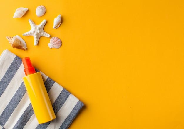 노란색 복사 공간에 여름 조개 선크림