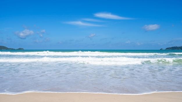 Фон летнего сезона расслабьтесь на пляже и тропическом море. голубое чистое небо над морем. удивительный пляж на пхукете, таиланд в солнечный день. хорошая погода.