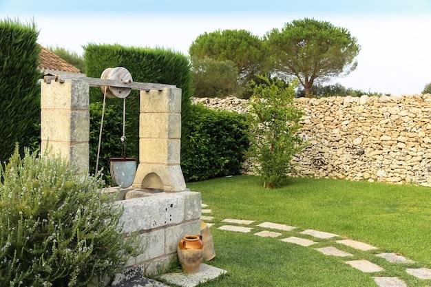 イタリアの夏のシーズン。優雅な庭でよく水をまきます。