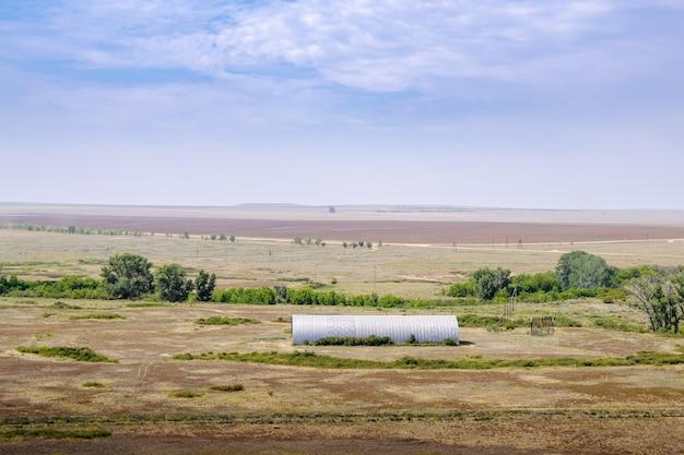 草原の牧草地の夏の羊小屋。写真はロシアのオレンブルク地方で撮影されました
