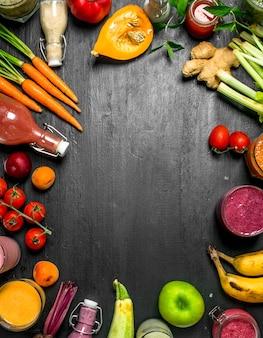 野菜、ベリー、果物の夏のスムージー。