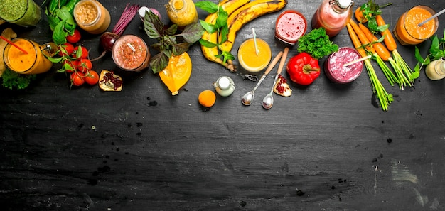 野菜、ベリー、果物の夏のスムージー