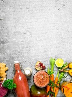 新鮮な野菜や果物を使った夏のスムージー。