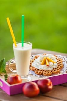 Летние закуски на деревянном столе на открытом воздухе