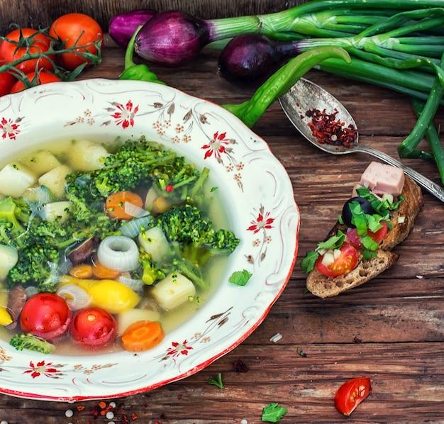 Летний суп со свежими овощами