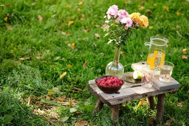 여름 정물: 주스, 사과, 꽃, 나무 딸기. 소박한 열매, 과일, 꽃.