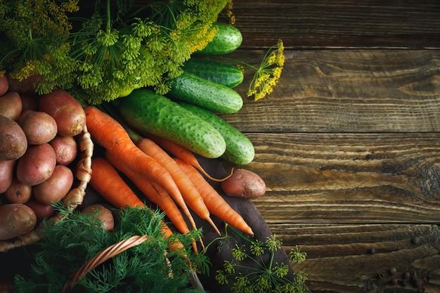 熟した野菜とディルの夏の静物。