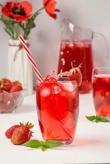 Летний клубничный напиток с брызгами падающего льда