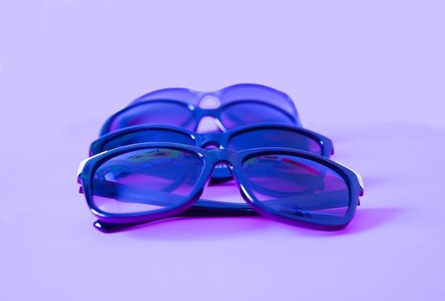 Летние солнцезащитные очки на красочном пастельном фоне.