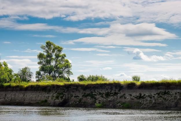Летний солнечный день с голубыми облаками, речной пейзаж