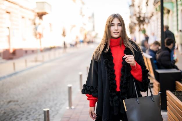 Летний солнечный образ жизни модный портрет молодой стильной хипстерской женщины, идущей по улице