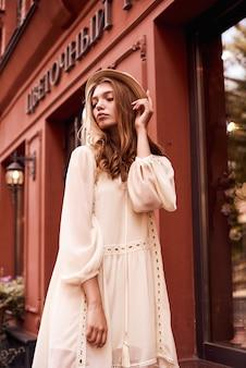 귀여운 유행 복장을 입고 거리를 걷고 젊은 유행 hipster 여자의 여름 맑은 라이프 스타일 패션 초상화,