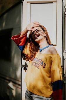 젊은 여성의 여름 햇살 가득한 라이프스타일 패션 초상화는 주말, 여행을 즐깁니다.