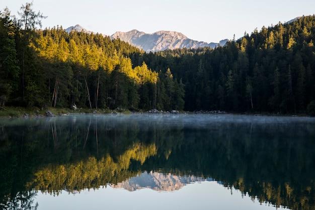 Летний восход солнца в айбзее, бавария, южная германия