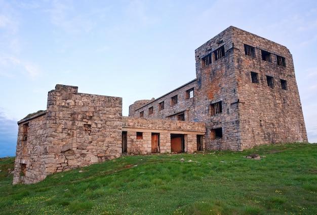 Летний восход на гору с крепостью - руины обсерватории на вершине горы поп иван (хребет черногора, карпаты, украина)