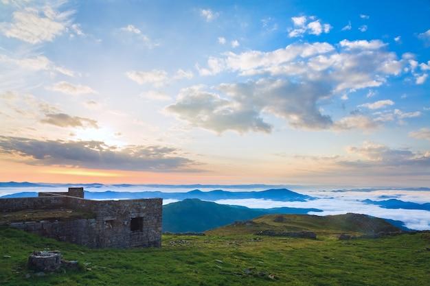 Вид на руины летней обсерватории восхода солнца на вершине горы поп иван (хребет черногора, карпаты, украина)