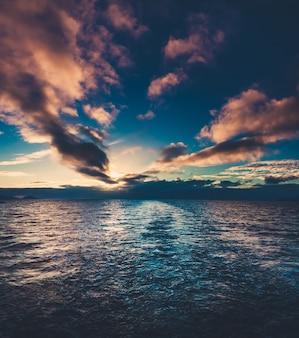 南極の夏の日没。美しい冬の背景