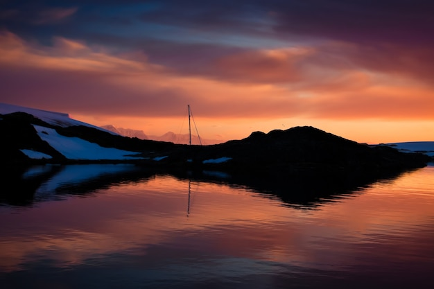 Летний закат в антарктиде. природа фон