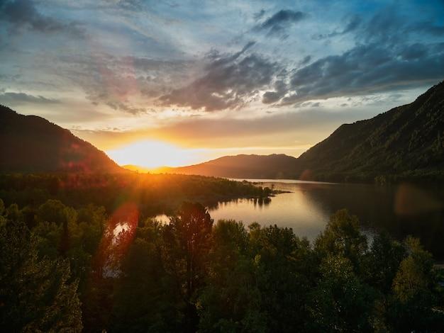 알타이 산맥 위로 여름 석양입니다. 러시아 남부 시베리아 알타이 공화국 케말스키 지구.