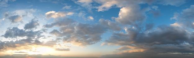 Летняя панорама закатного неба с густыми облаками. летний вечер хорошей погоды фон. пять снимков сшитого изображения высокого разрешения.