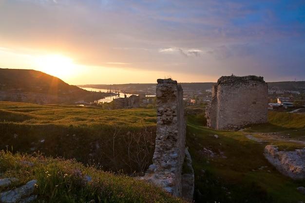 Летний закат с видом на древнюю крымскую крепость