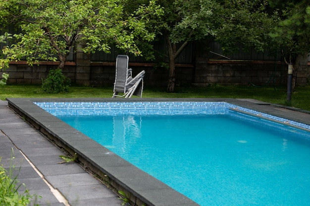 정원이 있는 안뜰에 있는 여름 수영장.