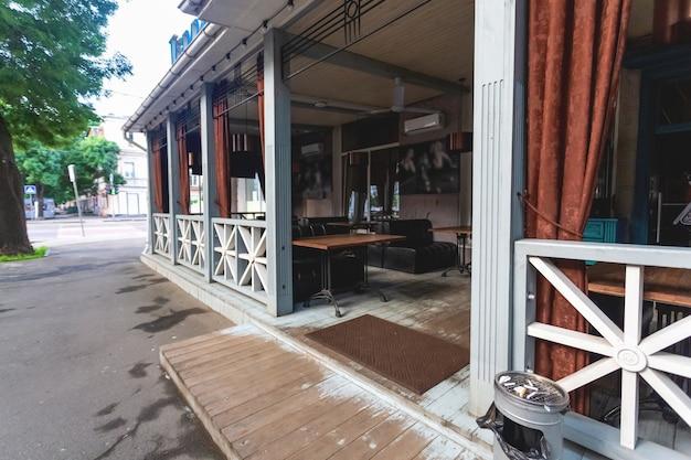 Летняя терраса кафе или ресторана с забором. европейский туристический город