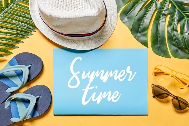 노란색과 흰색 배경 여름 여행 또는 흰색 배경에 모자와 여름 시간 배경 여름 배경