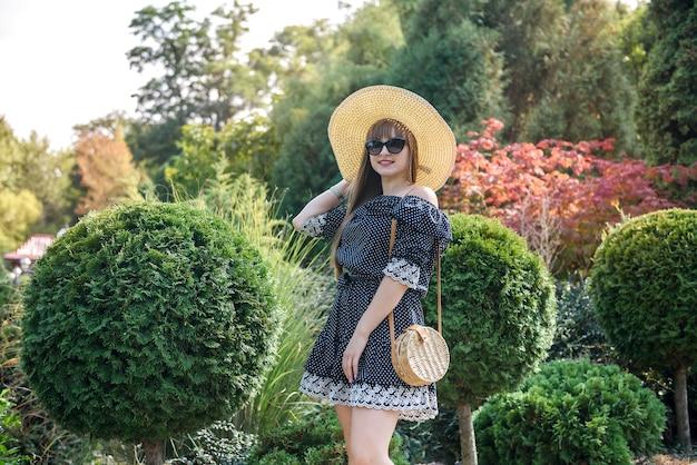 自然の中でドレスを着たきれいな女性のための夏の時間