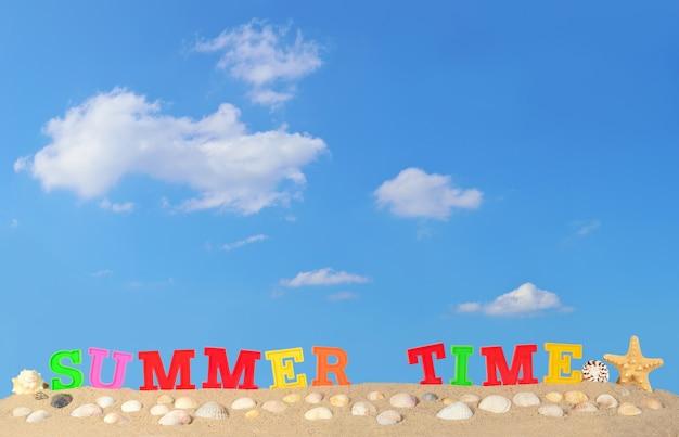 푸른 하늘에 대 한 해변 모래에 여름 시간 편지