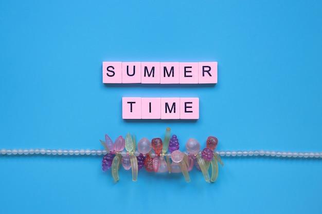青い背景の上の夏の時間の単語