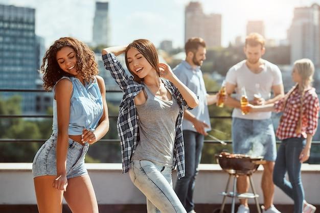 夏の若くて遊び心のある女性は、上に立って踊り、楽しんでいます