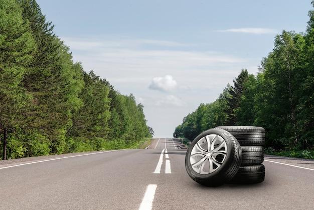 도로 위의 여름용 타이어와 알로이 휠 키트. 타이어 교체 시즌, 자동차 무역, 복사 공간.