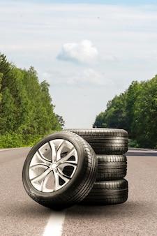 Летние шины и легкосплавные диски установлены в сезон смены шин для асфальтовых дорог