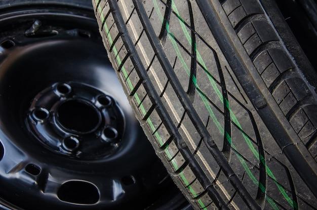 スチールリムのサマータイヤ。車のタイヤの背景のクローズアップ。
