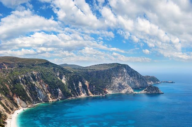 Вид сверху летом на пляж петани (кефалония, греция). панорама.
