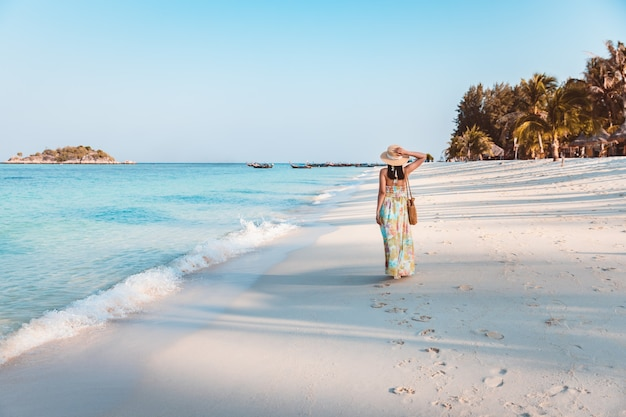 여름 여행 휴가 개념, 태국 사툰 코 리페에서 저녁 시간에 해변에서 옷을 입은 행복한 여행자 아시아 여성