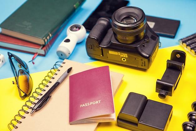 Комплект летнего путешественника-блогера. готов к отпуску
