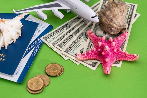 여름 여행 조개, 여권, 티켓 및 돈