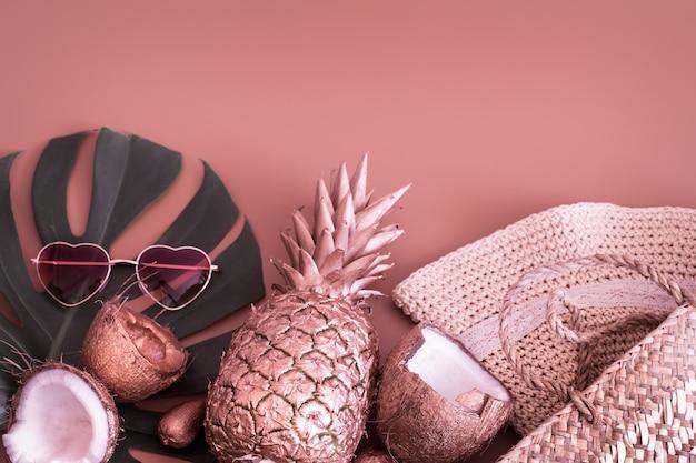 Летний тропический фон с ананасом и летними аксессуарами