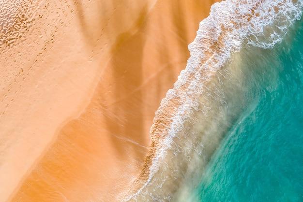 여름 열대 해변과 파도.